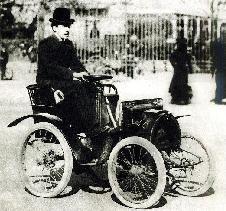 Луи Рено за рулем собственной машины: он надеется победить в популярной гонке ПАРИЖ - РАМБУЙЕ, 1899 г.