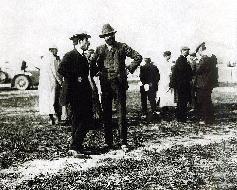 К тридцати восьми годам Луи Рено стал единоличным владельцем быстро растущего предприятия АВТОМОБИЛИ РЕНО. (На выставке в Дьеппе со своим партнером Эдуардом Мишленом, 1908 г.)